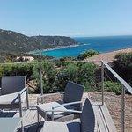 un petit déjeuner continental sur sa terrasse avec une vue imprenable sur la mer .