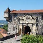 Blick aus dem Fenster auf den Eingang zum Schloss