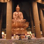 大きな仏像があります