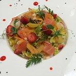 Salade croquante au saumon et fraises, vinaigrette exotique