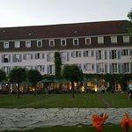 Blick von der Seeseite zum Hotel