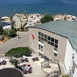 территория отеля с балкона. Виден ресторан для завтраков и пляж