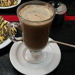 Chocolate caliente con galletitas.