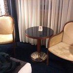 Habitación doble con un escritorio y un par de sillones por si pides servicio de habitación.