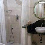 Excelente baño, cómodo, amplio, moderno