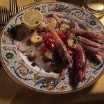 Cruditè di ricciola scorfano gambero imperiale e gamberetti con ananas e uvetta passa