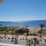 Magnifique vue sur mer, la plage privée de l'hôtel est visible grâce aux transats jaunes.