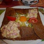 La TARTIFLETTE (Reblochon-Lardons fumé-Oignons- Crème-Pomme de terre- Salade) 8.90€, avec un oeu