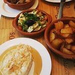 Patata Bravas und Ziegenkäse mit Honig