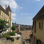 Ausblick vom Tisch auf das Schloss und die Dächer der Stadt.