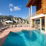 La piscine et les montagnes