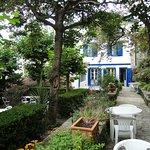 le jardin, l'hôtel au fond