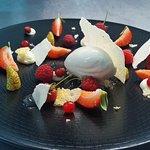 Selección de frutos rojos con helado de coco tai