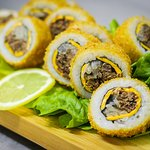 mechada roll <3 (carne mechada, cebolla morada, queso cheddar)