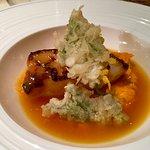 Cabillaud mariné au miso, juste rôti, crème de carottes à la coriandre, jus de tomate, tempura