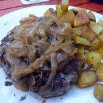 Tartar angebraten mit Zwiebeln und Bratkartoffeln