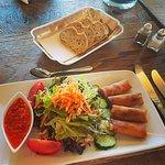 Essensbeispiel Salat mit Frühlingsrollen