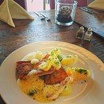 Essensbeispiel Fisch auf Petersilienkartoffeln und Safranschaum