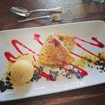 Tagesdessert Heidelbeerpfannkuchen mit Vanilleeis