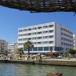 Deniz kıyısında bir otel