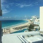 Tiene una playa maravillosa, la vista es increíble con tonalidades de azules hermosos