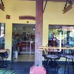 Un buen espacio para un rico café y postres y repostería de calidad. Fresco y sabroso! Buena ate