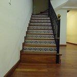 Escalera hacia el primer piso, también hay dos ascensores