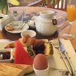 Un existo desayuno, frente a una bonita playa, atendido por personal exquisitamente simpático de