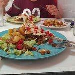 burrito vegetariano y patatas caseras