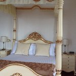 Four poster bed in room 2.