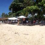 panoramica clube de praia La Torre Resort com muitas espreguiçadeiras muito bem servido!!!