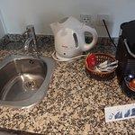 Mesada, pileta, cafetera, jarra para calentar agua