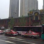 旧奉天郵便局 これを越えて左に曲がると太原北街の道