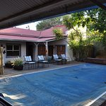 Innenhof mit abgedeckten Pool (Wassermangel in Windhoek)