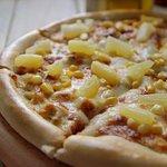 Пицца Гавайская с сочными кусочками ананаса и нежным куринным филе не оставит равнодушным никого