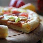 Наша фирменная пицца с сырными бортиками