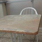 La table du balcon terrasse, sans doute d'origine.