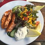 gebratener Lachs mit gemischtem Salat