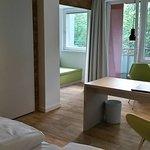 Zimmer mit Balkon und Blick ins Grüne