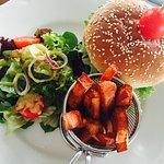 hamburger z frytkami z batatów