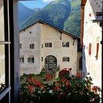 """Blick von Hotelzimmer 22 zum Nachbarhaus, das die Vorlage für das """"Schellen-Ursli-Haus"""" diente."""