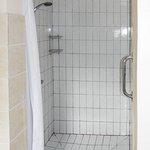 Die Dusche, einfach aber sauber und geräumig