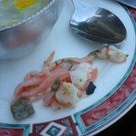 Photo dans assiette en dessert ! Filaments de saumon fumé (pas frais) et les crevettes (ou bouts