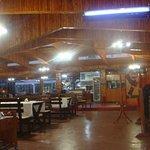 المنظر الكلاسيكي والسقف الخشبي للمطعم من الداخل