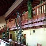 Zona común y balconada interior en el hotel