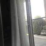 Sale vitre non nettoyer. ..sol rouillée et frigo à désirer