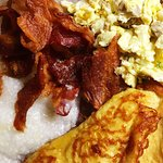 Sunday Breakfast: Eggs, Bacon and Grits!