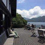 中禅寺湖に面した爽やかなウッドデッキで食事の持ち込みもOKです