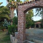 Photo du motel Beau rivage situer au fond du parking de la plage de Chuini .