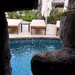 ליד הבריכה יש מערה ובה שרידים של מבנה עתיק. מראה מתוך המערה.